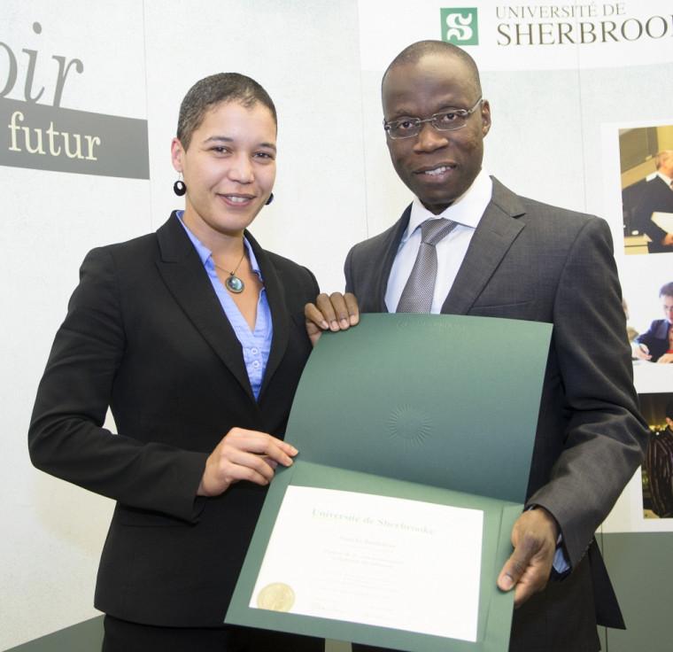Natacha Barthélémy, diplômée en prévention et règlement des différends, en compagnie d'Arthur Oulaï, vice-doyen à l'enseignement.