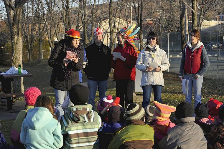 Une équipe d'étudiantes et d'étudiants en adaptation scolaire et sociale profite d'une magnifique journée ensoleillée pour faire une lecture interactive en plein air à des enfants de l'École primaire du Saint-Esprit de Sherbrooke.