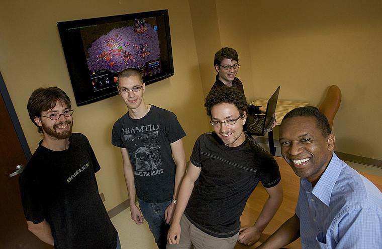 À l'avant, les étudiants Julien Filion, Francis Bisson et Simon Chamberland, et le professeur Froduald Kabanza. Derrière, Philipe Bellefeuille, professionnel de recherche.