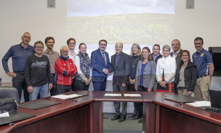 Le maire de la Ville de Sherbrooke, Steve Lussier et le recteur de l'Université de Sherbrooke, Pierre Cossette, étaient entourés des représentants des différents groupes d'usagers du parc du Mont-Bellevue à l'occasion de la signature de l'entente.