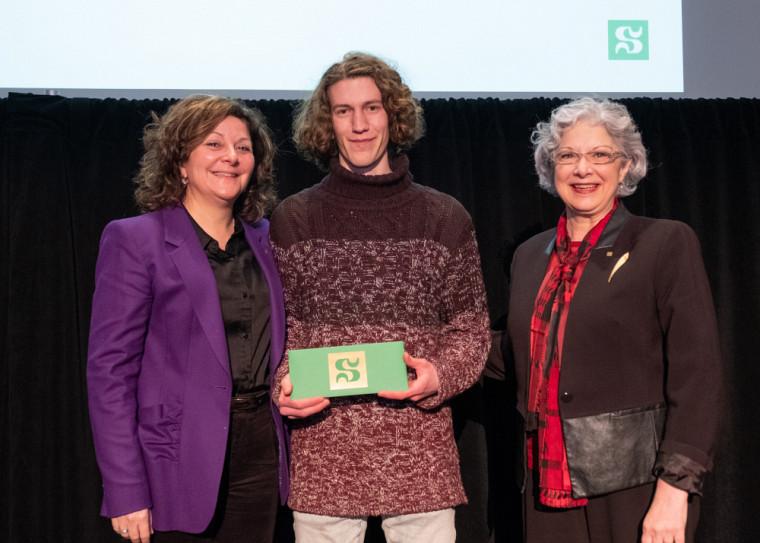 Le gagnant du Prix Partenaires, Damien Bérubé, en compagnie de la Pre Anick Lessard, doyenne de la Faculté des lettres et sciences humaines, et de la Pre Jocelyne Faucher, vice-rectrice à la vie étudiante et secrétaire générale.