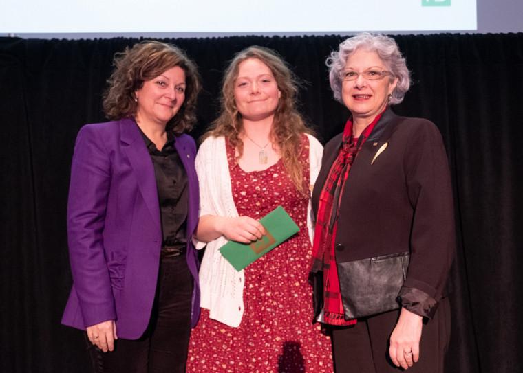 La gagnante du Prix du Centre Anne-Hébert, Marie-Ève Ledoux, en compagnie de la PreAnick Lessard, doyenne de la Faculté des lettres et sciences humaines, et de la PreJocelyne Faucher, vice-rectrice à la vie étudiante et secrétaire générale.