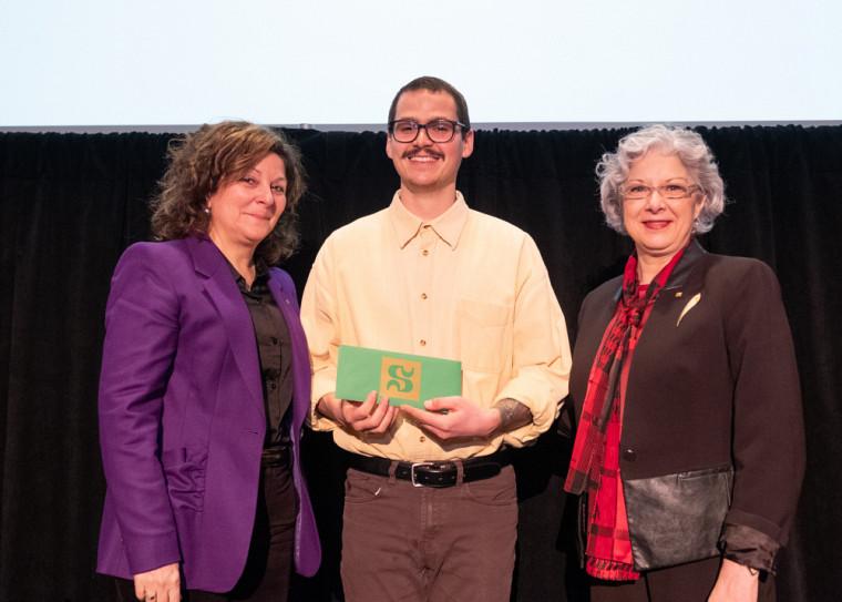Le gagnant du Prix Joseph-Bonenfant, Alexandre Krzywonos, en compagnie de la PreAnick Lessard, doyenne de la Faculté des lettres et sciences humaines, et de la PreJocelyne Faucher, vice-rectrice à la vie étudiante et secrétaire générale.