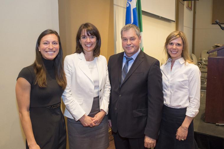 Les professeures Marie-Ève Couture-Ménard, Anne-Marie Savard et Mélanie Bourassa Forcier en compagnie du ministre Yves Bolduc.