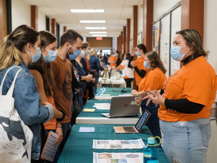 Les étudiantes et les étudiants du cours Perspectives autochtones en éducation ont impressionné le public par la qualité de leurs démarches et de leur engagement face aux réalités autochtones en milieu scolaire.