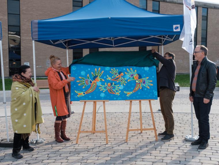 Le dévoilement de l'œuvre réalisée par l'artiste visuelle, conteuse et poétesse abénakise Christine Sioui-Wawanoloath (à gauche) a été effectué par la doyenne de la Faculté d'éducation, Pre Anne Lessard, en compagnie de son prédécesseur Serge Striganuk et du Pr Martin Lépine, vice-doyen à la formation et à la culture. M. Striganuk est à l'origine du projet d'acquisition de l'œuvre, qui orne désormais le hall du pavillon A2.
