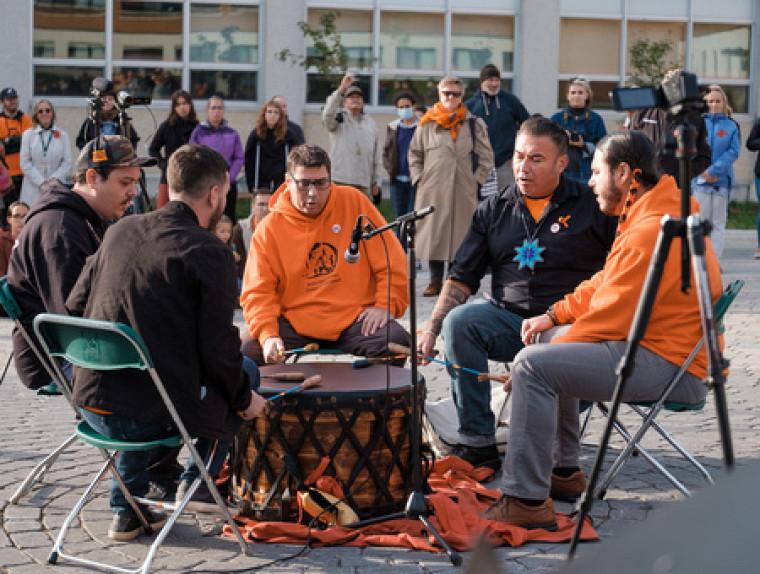 La cérémonie de dévoilement de l'oeuvre s'est conclue par une prestation du groupe de tambour traditionnel The Flying Sturgeons, d'Odanak.