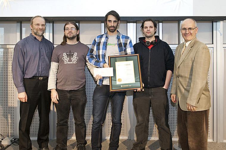 Alexei Nordell-Malkovits, Keven Marin et Alexandre Létourneau, représentants du groupe Hackus, reçoivent le prix des mains de Martin Buteau, vice-recteur aux ressources humaines et à la vie étudiante, et du professeur Gabriel Girard, directeur du Département d'informatique.