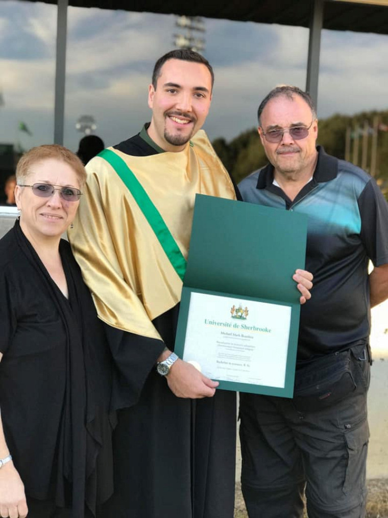 Michaël avec ses parents lors de la Collation des grades en 2018.