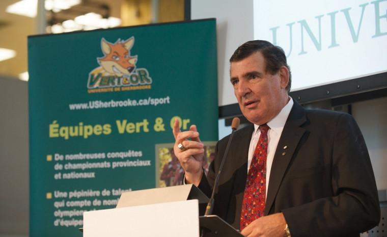 En 2010, Serge Savard troquait le Bleu-Blanc-Rouge en faveur du Vert & Or, en devenant président du conseil d'administration de la nouvelle Corporation études-sports de l'UdeS.