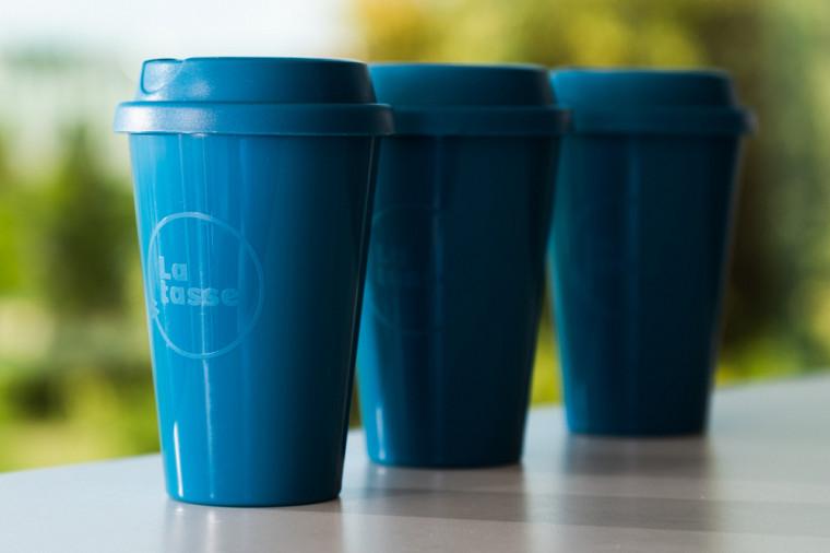 En échange d'un dépôt de 5 $, vous pouvez utiliser une tasse bleue réutilisable en polypropylène disponible au comptoir.