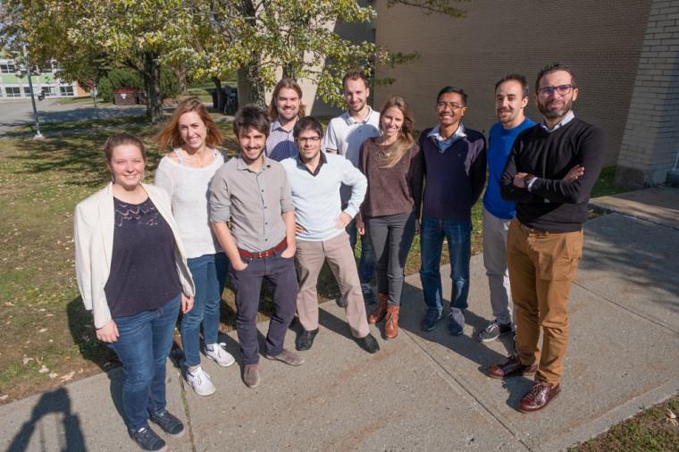 Le professeur Mourad Ben Amor et ses étudiants.