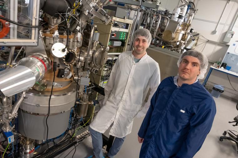 Guillaume Gommé, stagiaire postdoctoral, et Christophe Rodriguez, professionnel de recherche, travaillent tous les deux dans l'équipe du Pr Maher. Ici, la salle d'épitaxie du 3IT.