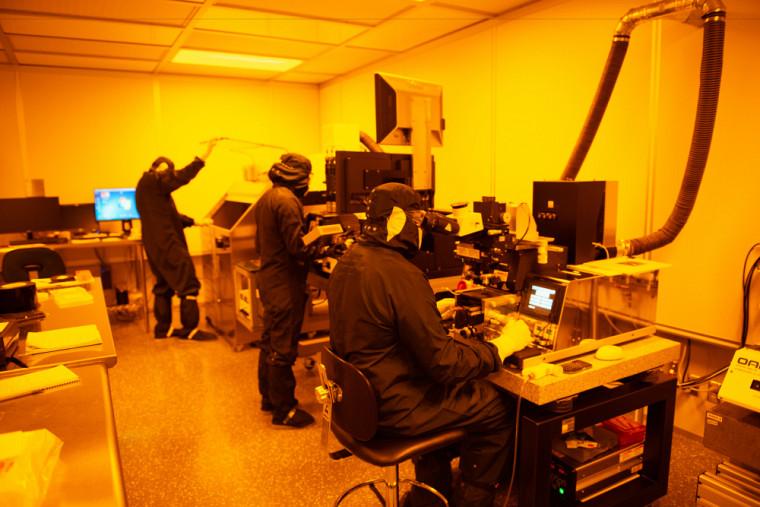 Salle de photolithographie au 3IT. Définition des structures des transistors.
