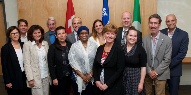 La ministre Marie-Claude Bibeau était fière d'annoncer un investissement important en santé lors de son passage à l'Université de Sherbrooke. On la voit ici entourée de plusieurs collaborateurs de l'UdeS (notamment de la FLSH et de la FMSS), du Cégep Saint-Jérôme, du ministère du Développement international et du Centre de coopération internationale en santé et développement.