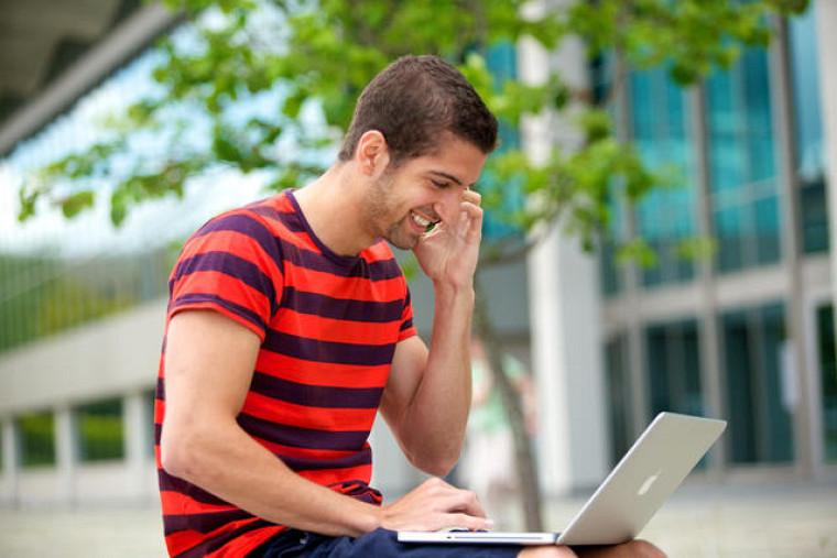 L'application Office 365 en ligne peut être utilisée sur les téléphones intelligents, les tablettes, les ordinateurs personnels ou les ordinateurs Mac. Les étudiants peuvent aussi télécharger ces produits sur cinq de leurs appareils compatibles.