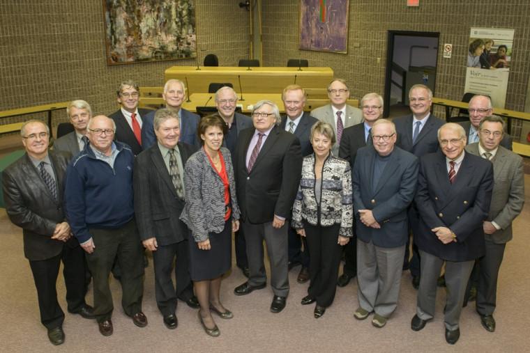 Les notaires dont la Chambre a souligné les 35 ans de pratique, accompagnés des dignitaires présents pour l'occasion.