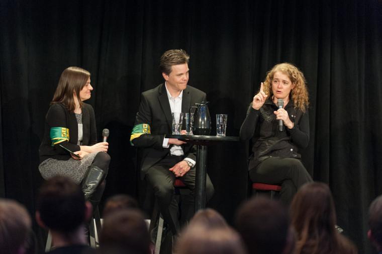 Ève Langelier, professeure et titulaire de la Chaire CRSNGpour les femmes en sciences et en génie au Québec, Patrik Doucet, doyen de la Faculté de génie, et Julie Payette, ingénieure et astronaute