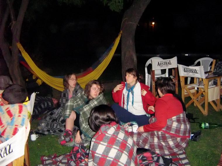 Neuf étudiantes de la Faculté d'éducation ont passé la nuit dans la cour de leur auberge de Santiago, en raison des puissants séismes du 27 février (cette photo) et du 5 mars.