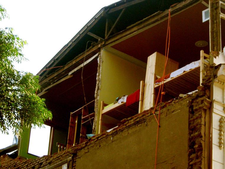 Bâtiment abimé par le séisme dans la capitale chilienne.