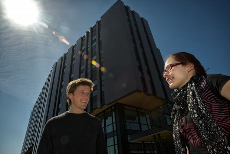 Pascal Newby, Vanessa Chenel et Sergii Tutashkonko (absent), étudiants en cotutelle de l'Université de Sherbrooke et de l'Institut des nanotechnologies de Lyon, ont réfléchi sur l'homme dans la cité de demain.