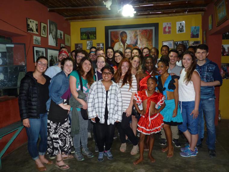 Le groupe d'étudiants en compagnie des danseuses, des musiciens et des chanteurs afro-péruviens après le spectacle de danse traditionnelle à El Carmen.