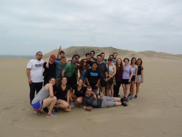 Dans les dunes de sable du désert à Ica.