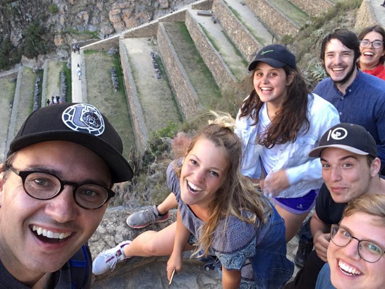 Dans le petit sentier surplombant la falaise à Ollantaytambo, le professeur Maurice Demers (à gauche) et quelques étudiants qui ont participé à ce voyage d'études au Pérou.