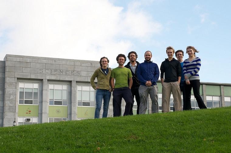 Une partie de l'équipe de recherche du professeur Pioro-Ladrière devant la Faculté des sciences de l'Université de Sherbrooke.