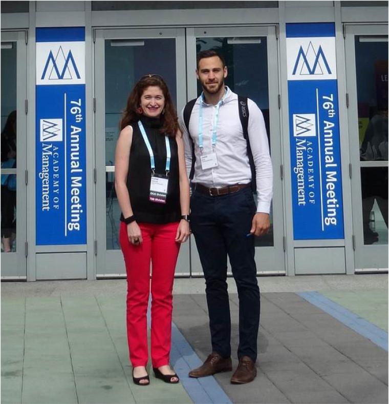 La professeure Elaine Mosconi en compagnie du chargé de cours Jeremi Roch, finissant à la Maîtrise en administration, concentration Gestion du commerce électronique.