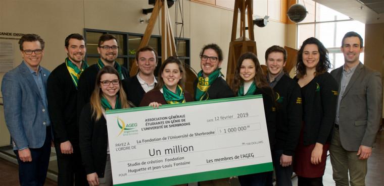 L'Association générale étudiante de la Faculté de génie, en compagnie du doyen... et du chèque de 1 million $ !