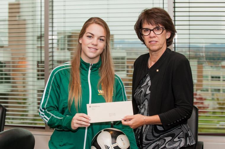 L'attaquante recrue de l'équipe féminine de soccer Vert & Or Ève L'Abbé en compagnie de la la rectrice de l'UdeS, Pr Luce Samoisette.