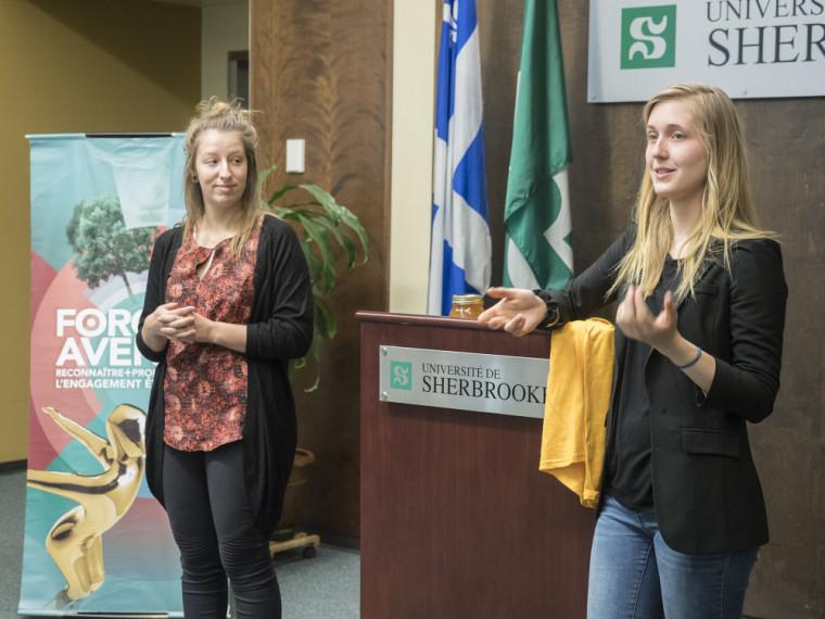 Gabrielle Letarte-Dupré et Sarah Gaignard de Ruche Campus, en compétition dans la catégorie Environnement.