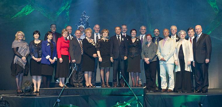 Quelques membres des directions universitaire et facultaires ainsi que quelques représentants des principaux partenaires se sont réunis autour des 12lauréates et lauréats 2012 pour immortaliser leur réussite à l'occasion du 17eGala du rayonnement de l'UdeS.