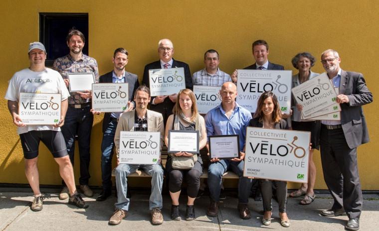 Les efforts de promotion de l'utilisation du vélo d'une douzaine d'organisations ont été soulignés par Vélo-Québec. Le vice-recteur au développement durable et aux relations gouvernementales, le professeur Alain Webster (extrême droite), montre fièrement les trois certifications reçues pas l'UdeS.