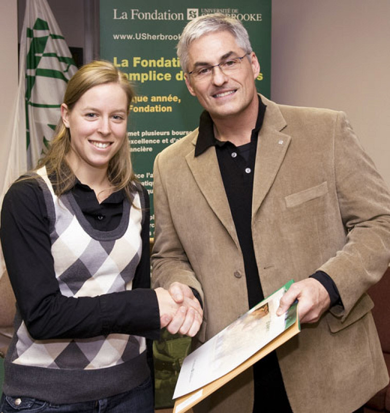 Claudia Letendre, récipiendaire de la bourse de 1000$ provenant du Fonds de la Faculté d'éducation physique et sportive, accompagnée du doyen Jean-Pierre Brunelle.