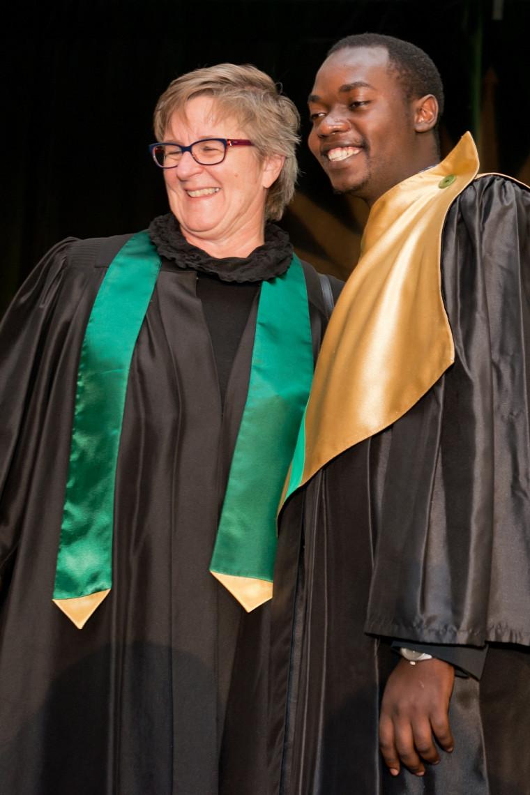 Emmanuel Kambi pose avec la directrice du département d'orientation professionnelle, Rachel Belisle