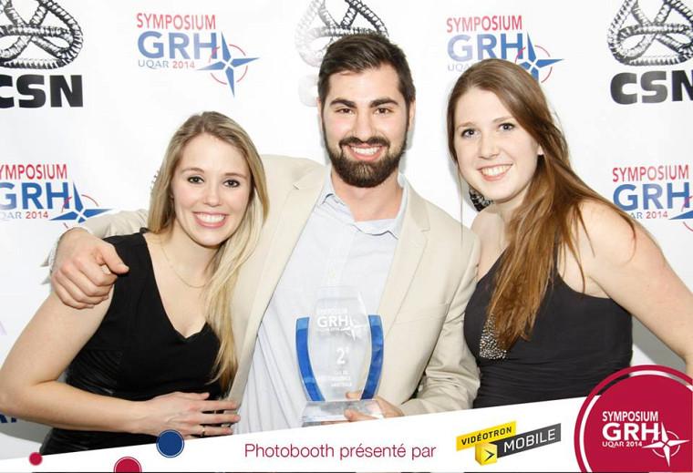 De gauche à droite: Kim Alexandra Hallé, Marc-Antoine Proulx et Marie-Ève Rodrigue, fiers représentants de l'UdeS lors du Symposium GRH 2014 et membres de l'équipe s'étant classée deuxième à l'épreuve Sentence arbitrale.