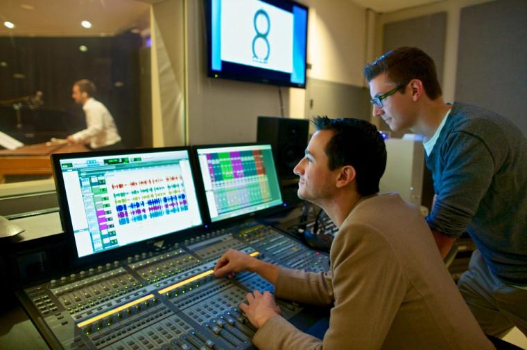 Samuel Desrosiers et Robin Girard, étudiants en musique interactive, travaillant à la console