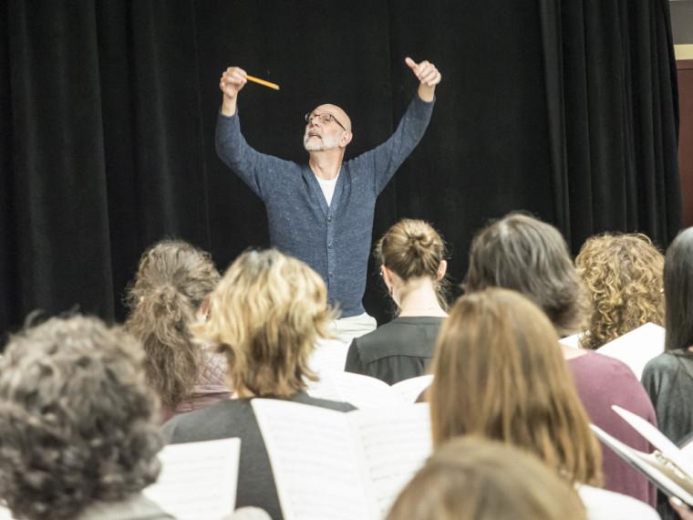 L'Ensemble vocal de l'École de musique répète la pièceRequiemde John Rutter, dirigé par le professeur Robert Ingari.