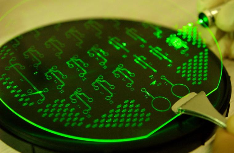 De la dimension d'une lame de microscope, la puce microfluidique capte des liquides et les analyse de manière autonome. Une seule puce peut effectuer plusieurs fonctions, comme évaluer la qualité de l'air et de l'eau ou compléter des analyses sanguines.