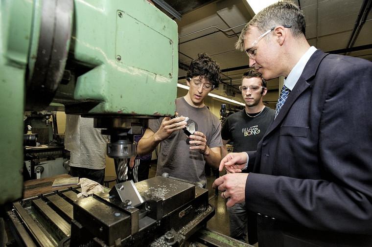 Le titulaire Alain Desrochers et des étudiants dans un laboratoire de la Faculté de génie