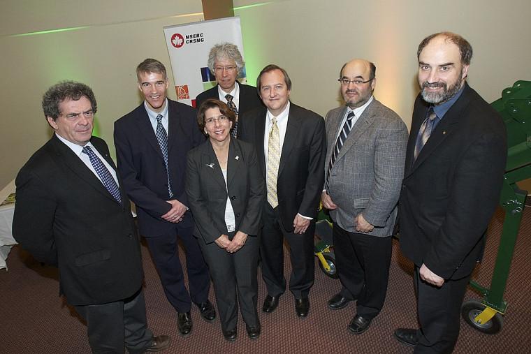 Le titulaire Alain Desrochers (2e) et le vice-recteur à la recherche Jacques Beauvais (à l'extrême droite) ainsi que quelques partenaires de la nouvelle chaire provenant du CQRDA, du CRSNG, d'Alcoa et du Centre de recherche RÉGAL.