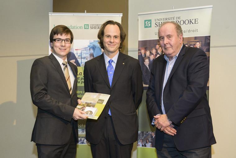 Mathieu Laberge Goupil, récipiendaire de la médaille Albert-Leblanc et du Prix du doyen, en compagnie du doyen Sébastien Lebel-Grenier et de l'ambassadeur 2004 de la Faculté, Jacques Lemay.