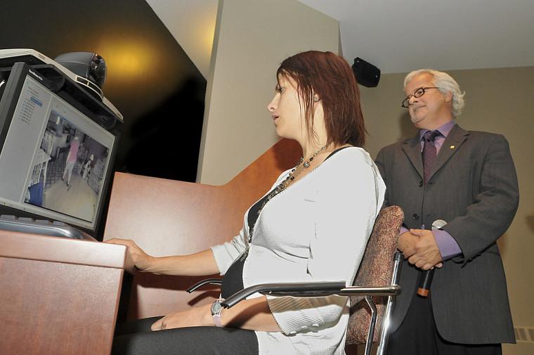 La téléréadaptation à domicile consiste à mettre en interaction directe une personne dans son lieu de résidence et un professionnel dans une clinique, via Internet.