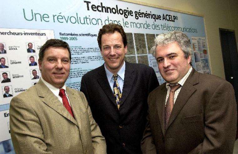 M. Gérard Lachiver, doyen de la Faculté de génie, en compagnie de M. Sylvain Desjardins, vice-président exécutif de VoiceAge, ainsi que de M. Laurent Amar, président de VoiceAge.