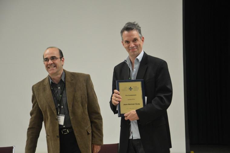 Le professeur Jean-Herman Guay a reçu son prix des mains du nouveau président de la SQSP, Daniel Salée, lors du coquetel d'honneur du congrès annuel de l'organisme.
