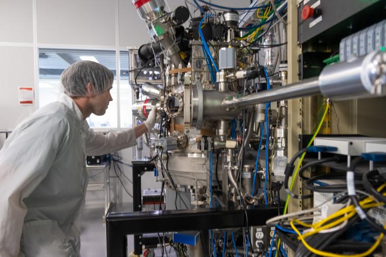 La bonification des bourses d'études contribue à soutenir la recherche qui se fait dans les laboratoires et les groupes de recherche.