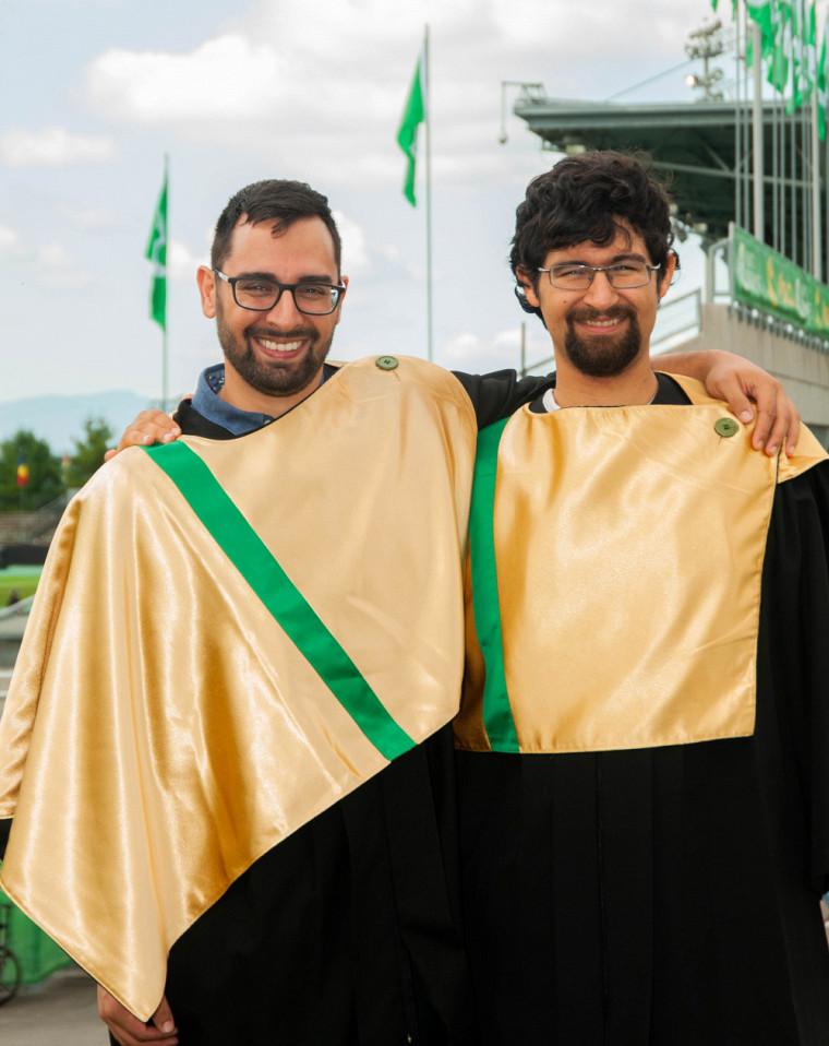 Les frères Félix et Thierry Pinard, nouvellement diplômés de la Faculté d'éducation.