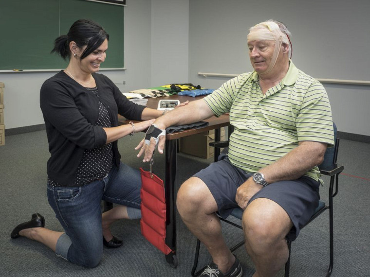 L'agente de recherche Marie-Claude Girard procèdeà l'entraînement en force avec la stimulation transcrânienne à courant continu.